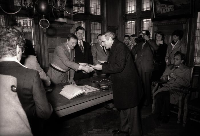 Jubileumfeest 50 jaar Davidsfonds: overhandigen van geschenken en tekenen gulden boek, Moorslede april 1978
