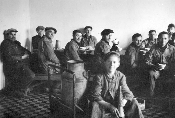 Eetzaal personeel, melkerij W. Hennion en N. Van Speybroeck, Moorslede, 1942