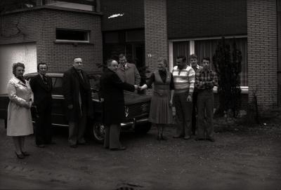 Echtpaar Deceuninck - Lefever wint 1ste prijs NCMV-tombola, Moorslede januari 1978