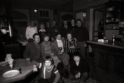 Groepsfoto met kaarterskampioen café Karabinier, Passendale, januari 1978