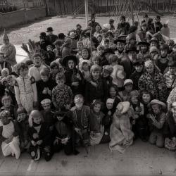 Kindercarnaval: groepsfoto op speelplein, Moorslede  februari 1978