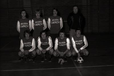 Spelers van 2 ploegen minivoetbal uit Roeselare in sporthal, Moorslede november 1977
