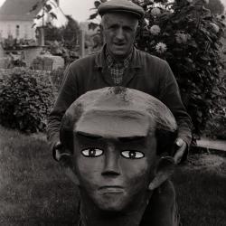 Achiel Labaere met kop van reus, Moorslede augustus 1977