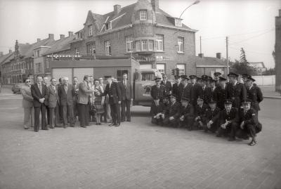 Overhandiging sleutels nieuwe brandweerwagen, Moorslede juni 1977