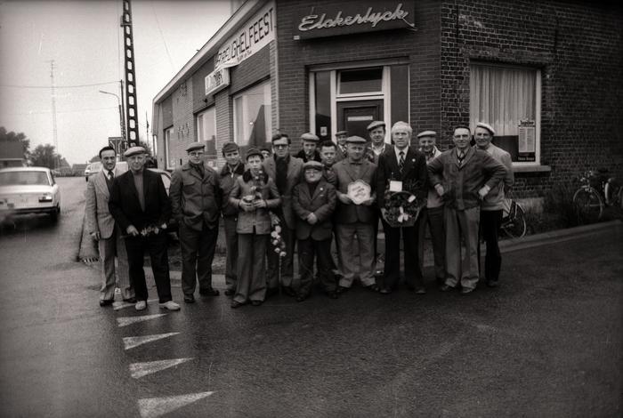 Kampioenviering vinkensport: 'Schaal De Weekbode', café 'Elckerlyck', Westrozebeke 1977
