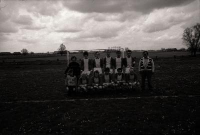 Voetbalploeg 'The Jumbo's': groepsfoto, Moorslede mei 1977