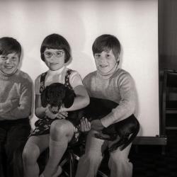 Dochterjes van Nicole poseren, Moorslede mei 1977