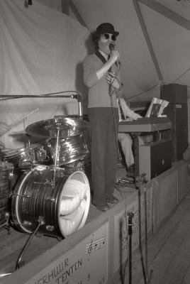 Zangwedstrijd (zangcrochet) tijdens 'Statiehoekkermis', Moorslede mei 1977