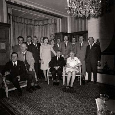 Gouden echtpaar poseert met burgemeester en leden van gemeenteraad, Moorslede maart 1973