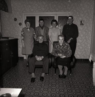 Gouden echtpaar poseert met kinderen en familie, Moorslede maart 1973