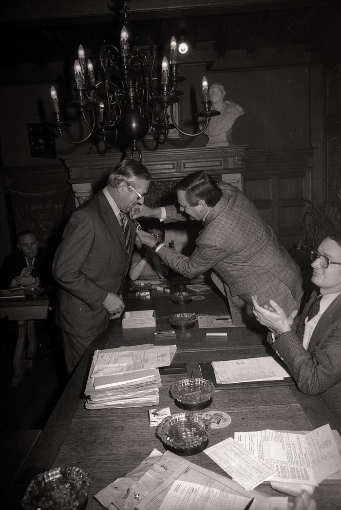 Brandweermannen J. Ternier en A. Pinket worden op gemeentehuis ontvangen, Moorslede december 1976
