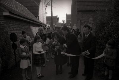 Miss 'Kantienhoek' knipt een lint, Geluveld 1976