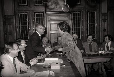 Familie Vanderhaeghe ontvangen op gemeentehuis, Moorslede 1976