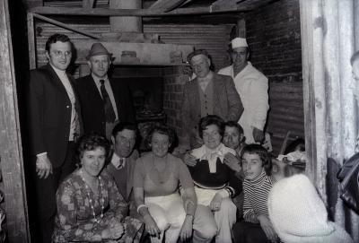 Groepsfoto bij (houtgestookte?) oven, Moorslede