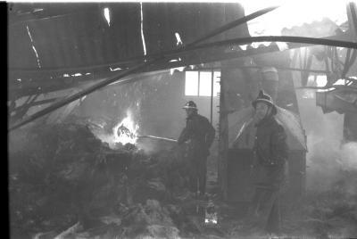 Brandweerman Jozef hanteert de brandspuit, Izegem 1957