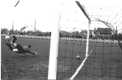 Keeper Misplon duikt naar bal, Izegem 1957