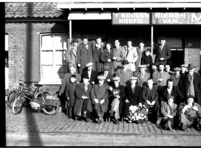 Groepsfoto met Berten Blomme voor café 't Gouden Hoofd', Izegem 1957