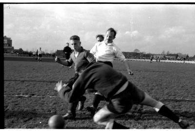 Voetbalspelers in actie, Izegem 1957