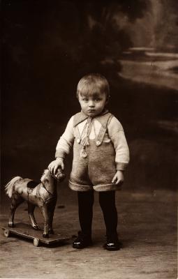 Kind met houten paard, begin 1900