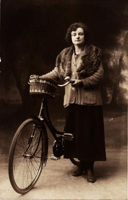 Vrouw met fiets, begin jaren 1900.