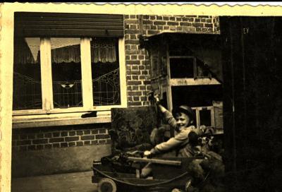 Zelfgemaakte jeep uit bierbakken, 1945
