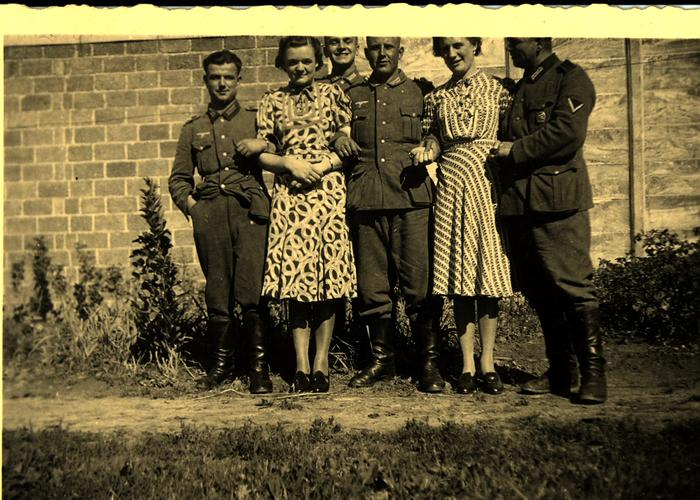 Twee dochters van een café uit Rumbeke samen met Duitse soldaten; WO II