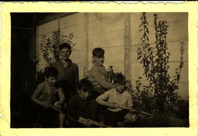 Kinderen verkleed als soldaat met Emiel Vanheule tijdens WO II