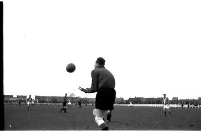 Keeper Misplon vangt bal tijdens een voetbalmatch, Izegem 1957
