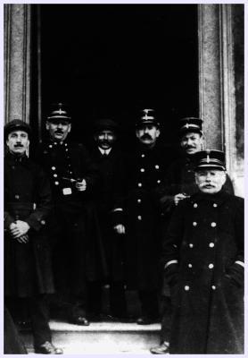 Groepsfoto bij stadhuis, 1920