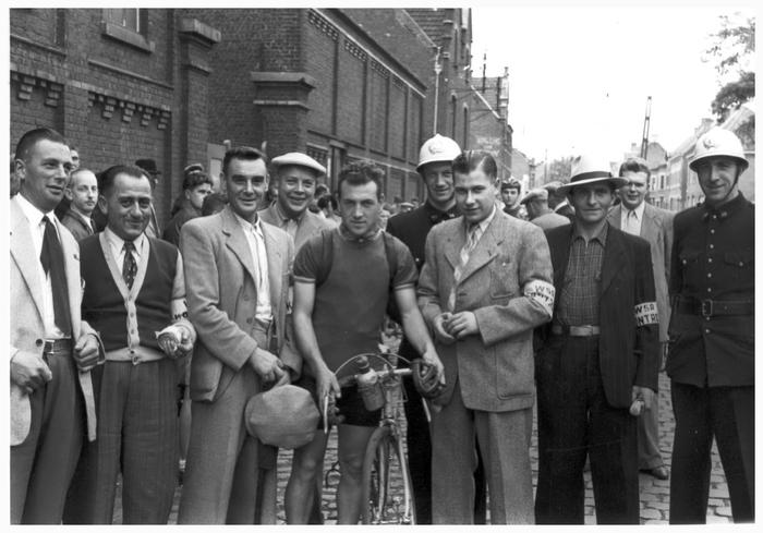 Agenten Nuyttens & Declercq tijdens wielerwedstrijd, 1948