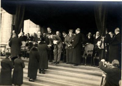 Koning Leopold III overhandigt een oorkonde aan een moeder, 1937