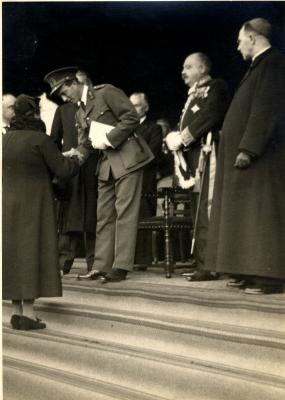 Koning Leopold III overhandigt een oorkonde aan een Roeselaarse moeder, 1937.