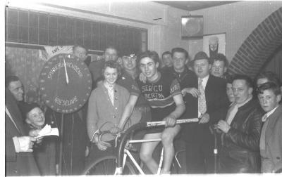 Bultinck poseert op een fiets op rollen, Izegem 1957