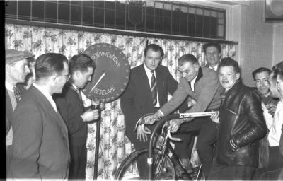 Henri Dekeerschieter met supporters op fiets op rollen, Izegem 1957