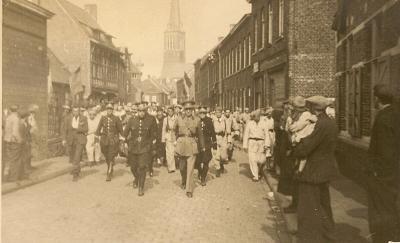 Collaborateurs en vermeende collaborateurs worden weggebracht door de witte brigade  Izegem, 1944