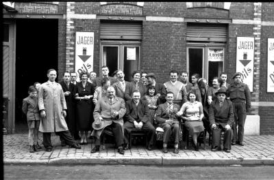 Café ''t Lusthof': groepsfoto, Izegem 1957