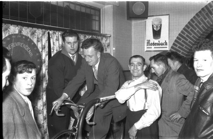Demarck op fiets op rollen met supporters, Izegem 1957