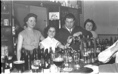 Achter de toog, Izegem 1957