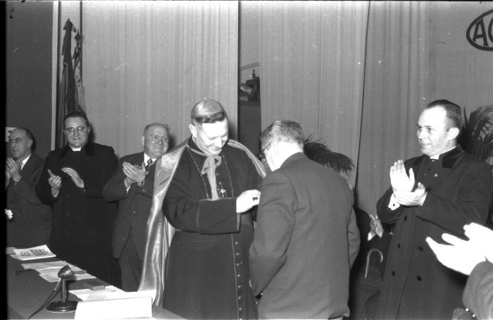 Bisschop Desmedt decoreert burgemeester, Izegem 1957