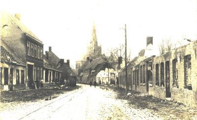 Straatzicht met verwoeste huizen, Ledegemstraat, Dadizele