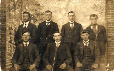 Groepsfoto met 7 mannen