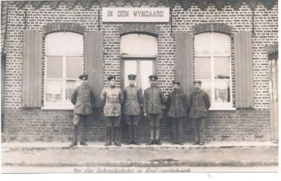 Militairen poseren voor 'In den Wyngaert', Dadizele