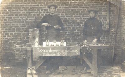 Klompenmaker verkoopt souvenirs, Dadizele