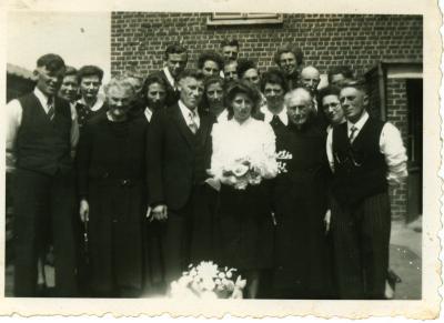 Familiefoto met bruidspaar