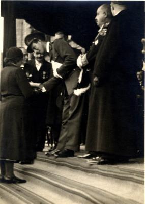 Koning Leopold III overhangt een diploma aan een moeder, 1937