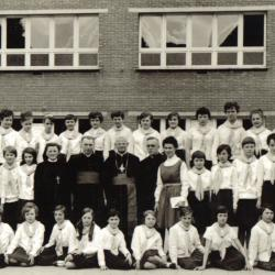 Kardinaal Cardijn op bezoek in het Sint-Lutgardisinstituut, Izegem, 1965