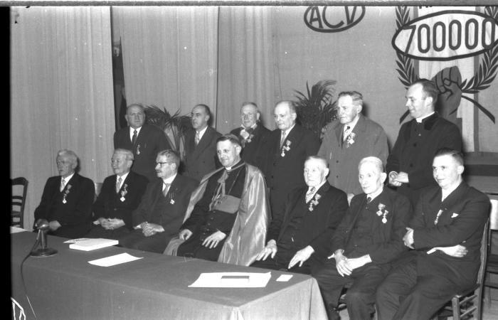 Bisschop Desmedt met gedecoreerden van ACV, Izegem 1957