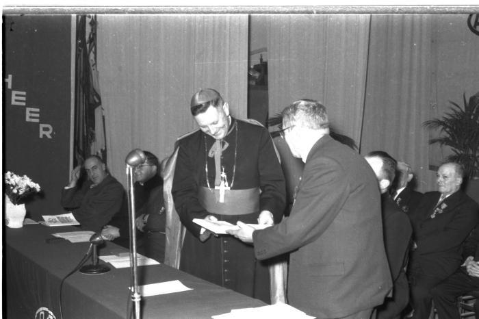 Burgemeester overhandigt boek aan Mgr. Desmedt, Izegem 1957