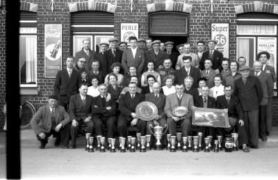 Café 'De Sportvriend': groepsfoto, Izegem 1957