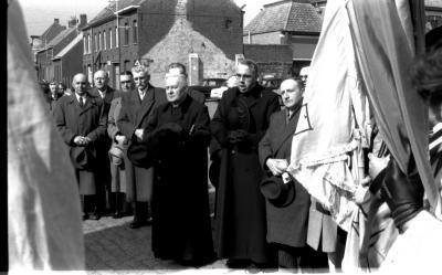 Pastoor aan standbeeld, Emelgem 1957